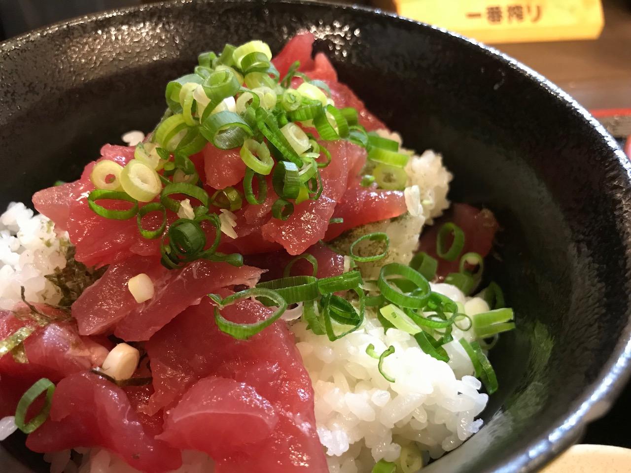 姫路駅前の立ち飲み屋「鶴亀八番」のマグロ丼定食はワンコインランチなのか!?