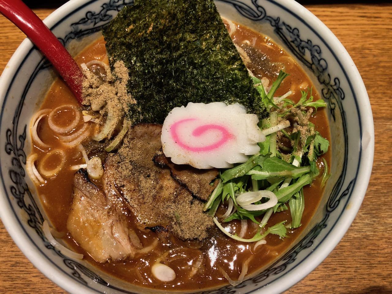 うんま〜!やっぱり姫路駅前のラーメンは六三六で決まりやで!つけ麺もいいけど味噌にぼしラーメンにした